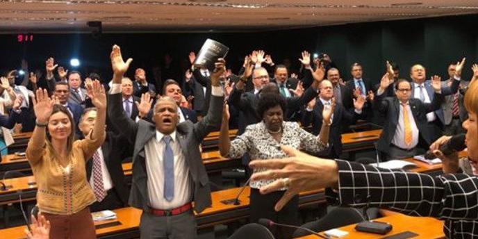Photo of Bancada Evangélica quer derrubar decreto pró-armas de Bolsonaro
