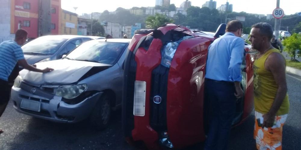 Photo of Carro capota em acidente envolvendo quatro veículos na Av. Luís Eduardo Magalhães