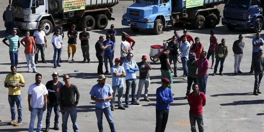 Photo of Bolsonaro inclui caminhoneiros e políticos em decreto que facilita porte de armas