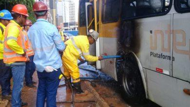 Photo of Ônibus pega fogo em frente ao Parque da Cidade