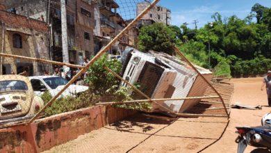 Photo of Caminhão carregado de refrigerante tomba na ladeira do Campo do Bariri bairro da Santa Cruz