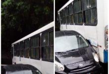 Photo of Carro colide em ônibus na Ladeira do bairro da Santa Cruz