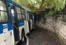 Photo of MAIS UMA VEZ! Ônibus perde controle em ladeira da Santa Cruz e atinge muro do Parque da Cidade
