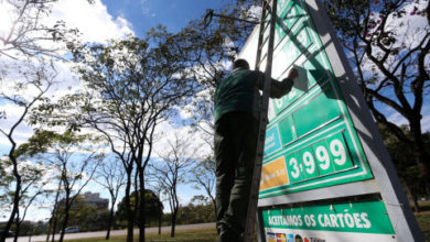 Photo of Presidente da Petrobras diz que preço da gasolina caiu 52%, mas não vê mudança nas bombas
