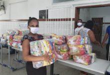 Photo of Famílias de alunos do Colégio Teodoro Sampaio recebem cestas básicas
